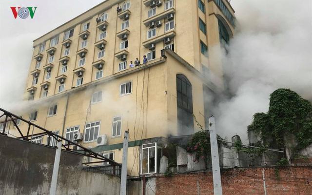 Hiện trường vụ cháy tổ hợp khách sạn, quán bar, karaoke ở TP Vinh - Ảnh 2.