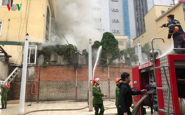 Hiện trường vụ cháy tổ hợp khách sạn, quán bar, karaoke ở TP Vinh - Ảnh 3.