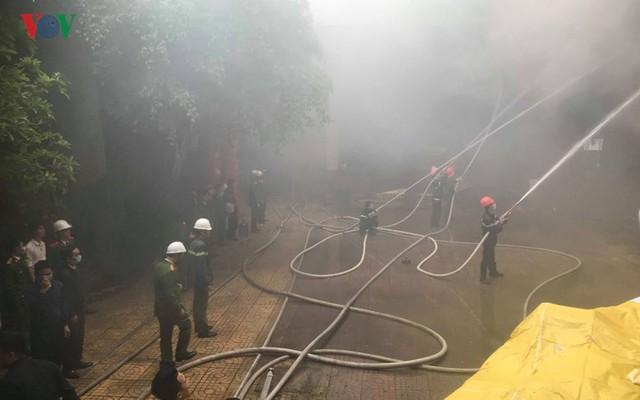Hiện trường vụ cháy tổ hợp khách sạn, quán bar, karaoke ở TP Vinh - Ảnh 6.