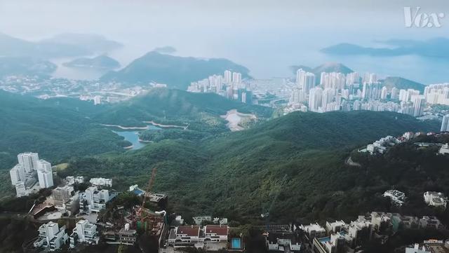 Chính sách kỳ lạ khiến Hong Kong còn nhiều đất chưa khai thác nhưng giá bất động sản vẫn cao nhất thế giới, hàng trăm nghìn người phải sống trong lồng - Ảnh 3.