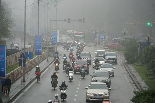 Hà Nội ngập trong sương mù, giao thông đi lại khó khăn - Ảnh 1.