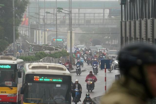 Hà Nội ngập trong sương mù, giao thông đi lại khó khăn - Ảnh 2.
