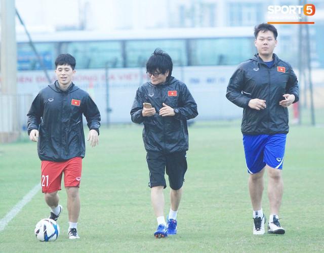 2 ngày trước khi thầy Park chốt danh sách, Đình Trọng vẫn không thể tập luyện - Ảnh 2.