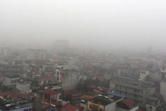 Hà Nội ngập trong sương mù, giao thông đi lại khó khăn - Ảnh 11.