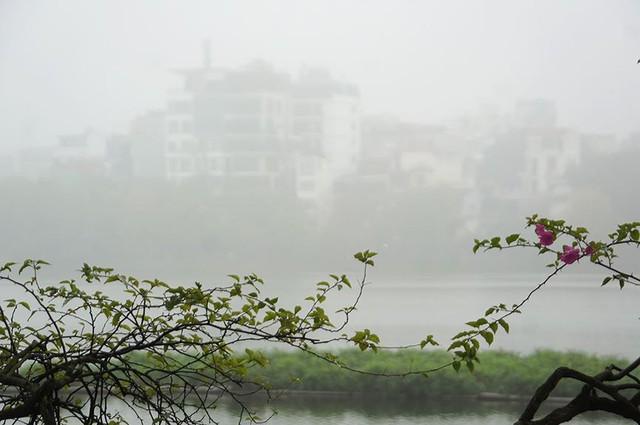 Hà Nội ngập trong sương mù, giao thông đi lại khó khăn - Ảnh 12.