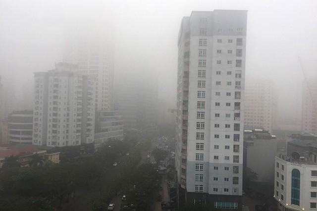 Hà Nội ngập trong sương mù, giao thông đi lại khó khăn - Ảnh 13.
