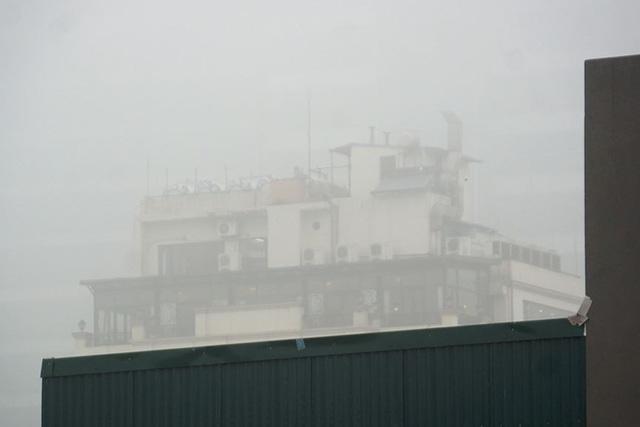 Hà Nội ngập trong sương mù, giao thông đi lại khó khăn - Ảnh 14.