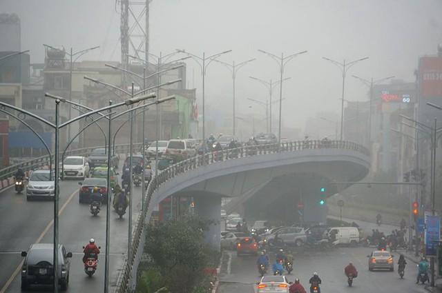 Hà Nội ngập trong sương mù, giao thông đi lại khó khăn - Ảnh 3.