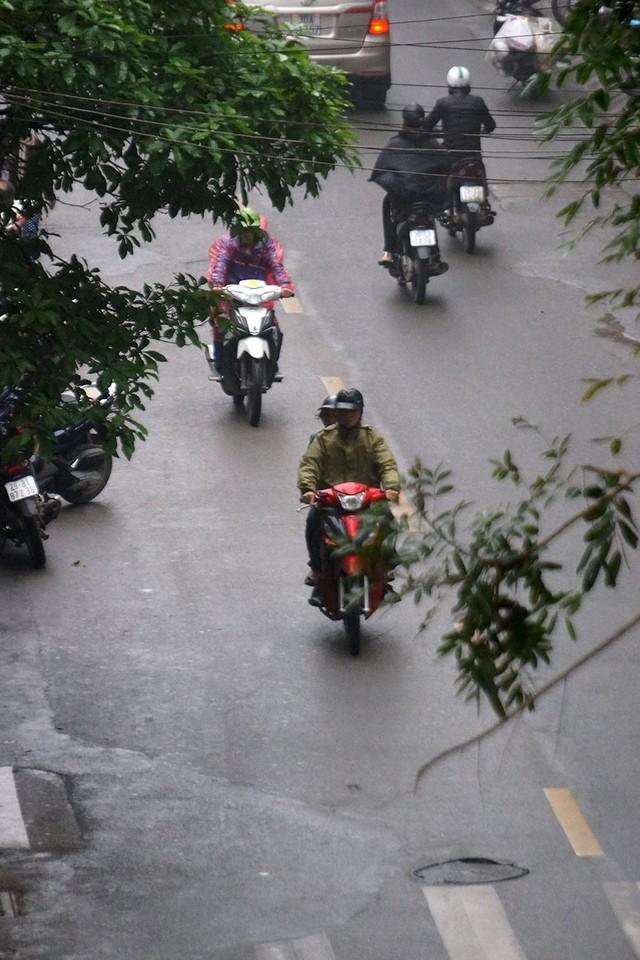 Hà Nội ngập trong sương mù, giao thông đi lại khó khăn - Ảnh 4.
