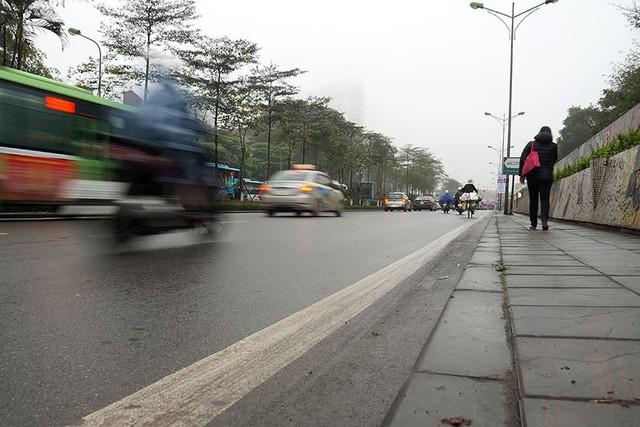 Hà Nội ngập trong sương mù, giao thông đi lại khó khăn - Ảnh 5.