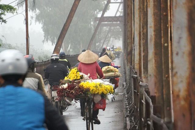 Hà Nội ngập trong sương mù, giao thông đi lại khó khăn - Ảnh 6.