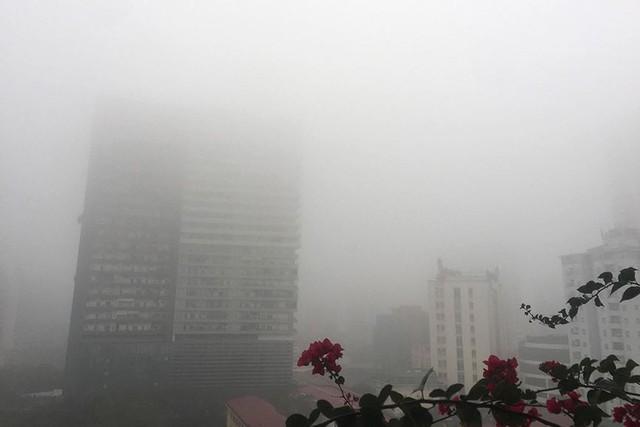 Hà Nội ngập trong sương mù, giao thông đi lại khó khăn - Ảnh 8.