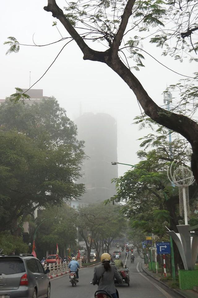 Hà Nội ngập trong sương mù, giao thông đi lại khó khăn - Ảnh 9.