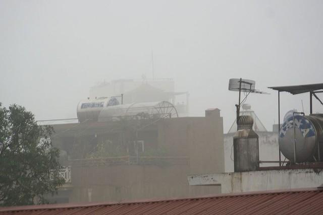 Hà Nội ngập trong sương mù, giao thông đi lại khó khăn - Ảnh 10.
