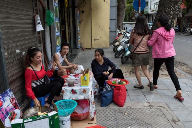 New York Times: Chuyện không nhỏ của Hà Nội nhìn từ việc dẹp buôn thúng bán mẹt trên vỉa hè - Ảnh 1.