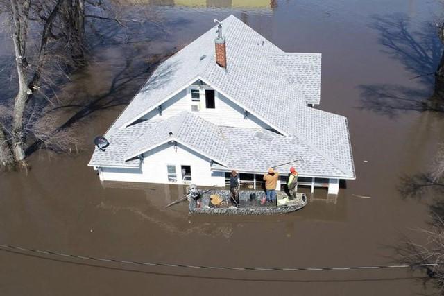 Lũ lụt lịch sử ở Mỹ khiến 74 thành phố phải ban bố tình trạng khẩn cấp - Ảnh 1.