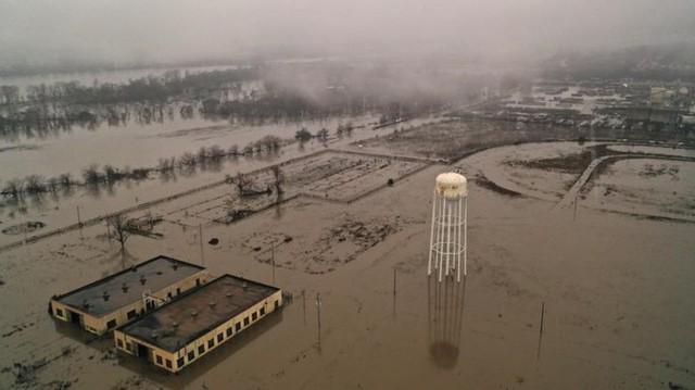 Lũ lụt lịch sử ở Mỹ khiến 74 thành phố phải ban bố tình trạng khẩn cấp - Ảnh 2.