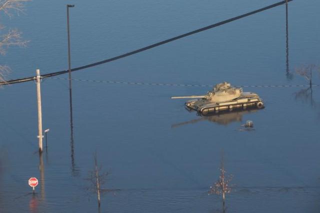 Lũ lụt lịch sử ở Mỹ khiến 74 thành phố phải ban bố tình trạng khẩn cấp - Ảnh 12.