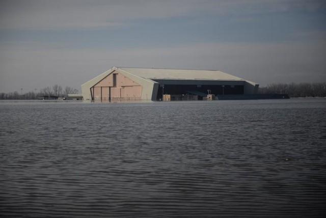Lũ lụt lịch sử ở Mỹ khiến 74 thành phố phải ban bố tình trạng khẩn cấp - Ảnh 9.