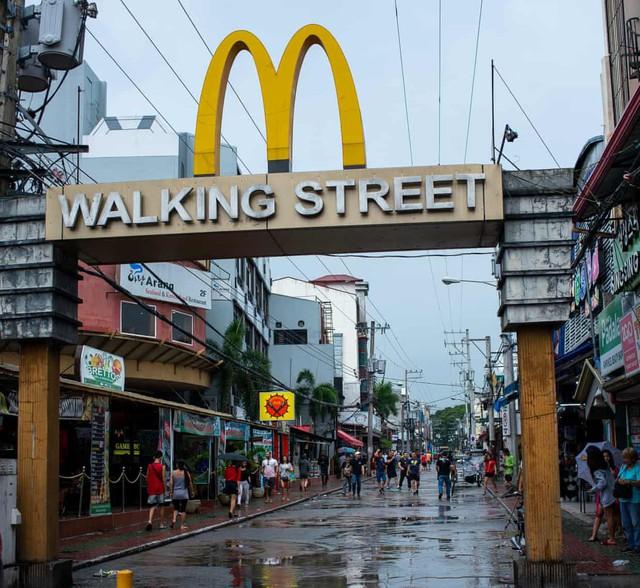 """Cái giá của """"ngành công nghiệp"""" mại dâm ở Philippines - Ảnh 1."""