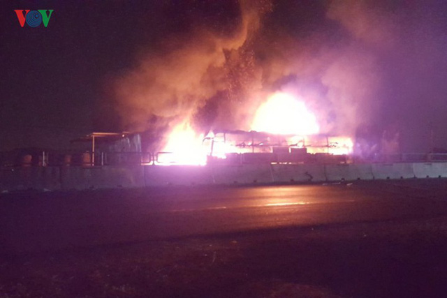 Ảnh: Hiện trường xe khách bốc cháy dữ dội trên Quốc lộ 1A - Ảnh 1.