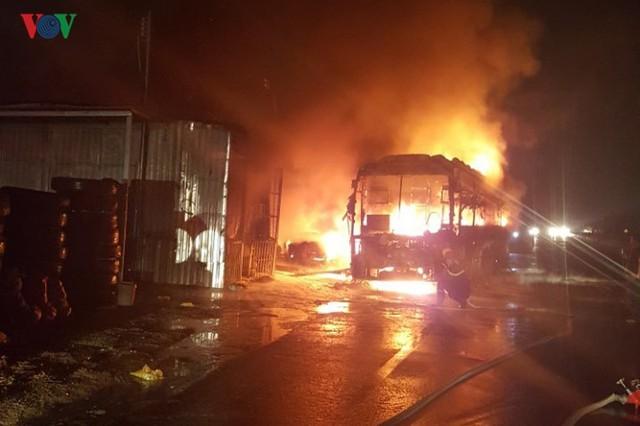 Ảnh: Hiện trường xe khách bốc cháy dữ dội trên Quốc lộ 1A - Ảnh 2.