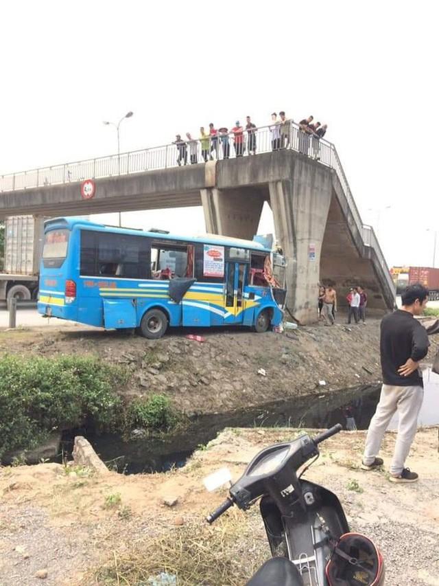 Hải Dương: Xe khách đang lưu thông đâm vào trụ cầu, 11 người bị thương - Ảnh 2.