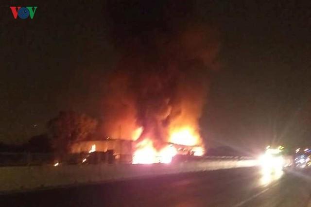 Ảnh: Hiện trường xe khách bốc cháy dữ dội trên Quốc lộ 1A - Ảnh 8.