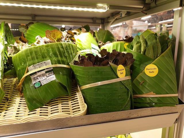 Thay túi nilon bằng lá chuối, cửa hàng Thái Lan gây sốt mạng thế giới khi tặng người mua một vé về tuổi thơ - Ảnh 2.
