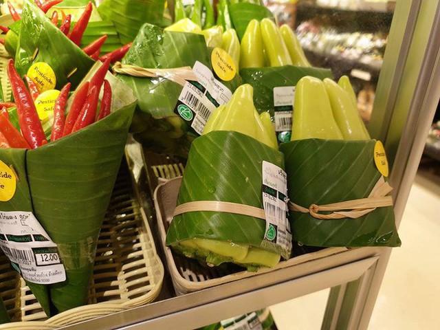 Thay túi nilon bằng lá chuối, cửa hàng Thái Lan gây sốt mạng thế giới khi tặng người mua một vé về tuổi thơ - Ảnh 5.