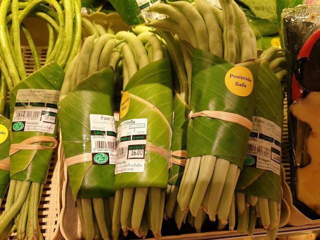 Thay túi nilon bằng lá chuối, cửa hàng Thái Lan gây sốt mạng thế giới khi tặng người mua một vé về tuổi thơ - Ảnh 6.