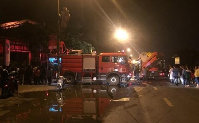 Nhiều người mắc kẹt trong cửa hàng bốc cháy dữ dội ở Hà Nội - Ảnh 1.