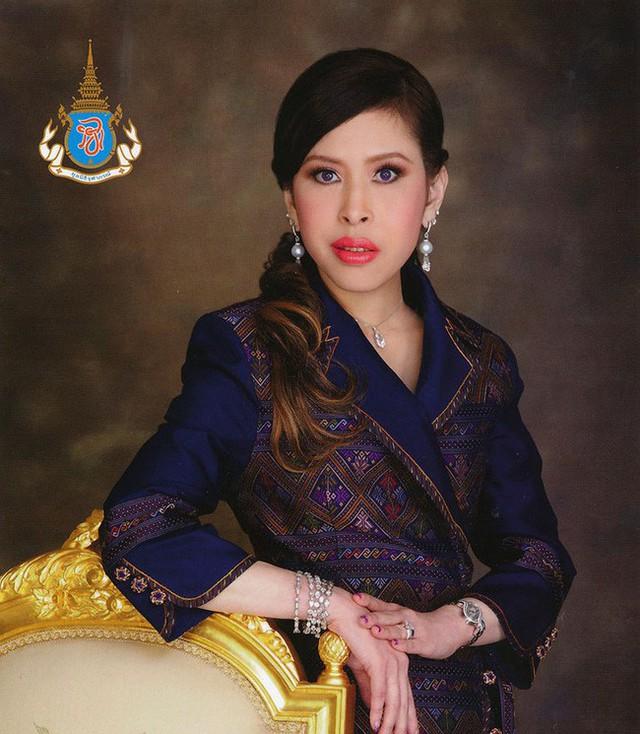3 nàng công chúa nổi tiếng Thái Lan: Nhan sắc ở mức thường thường bậc trung nhưng ai cũng phải kiêng nể, đến cánh đàn ông cũng bái phục - Ảnh 7.