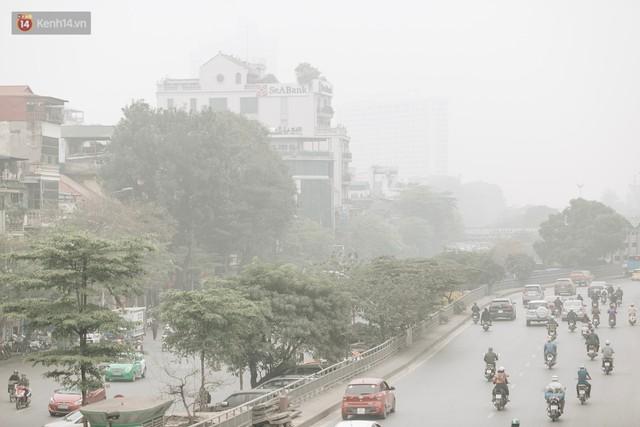 Hà Nội ngập trong màn sương mù mịt bao phủ tầm nhìn: Tình trạng ô nhiễm không khí đáng báo động! - Ảnh 1.