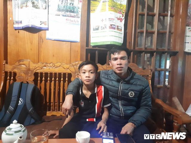 Cậu bé đạp xe hơn 100 km từ Sơn La xuống Hà Nội thăm em: Cháu không thấy mệt, chỉ muốn nhanh chóng gặp em trai - Ảnh 1.