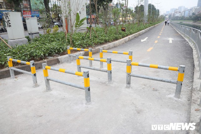 Người đi xe đạp toát mồ hôi hì hục vượt rào ở đường đi bộ dài nhất Thủ đô - Ảnh 1.