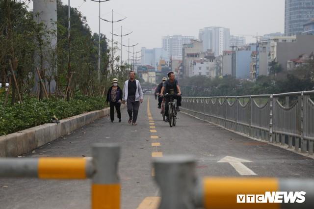 Người đi xe đạp toát mồ hôi hì hục vượt rào ở đường đi bộ dài nhất Thủ đô - Ảnh 2.