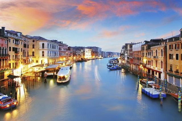 Nhung thành Venice: Sự tàn lụi của loại vải cao cấp vang bóng một thời vì đắt và khó khủng khiếp - Ảnh 2.