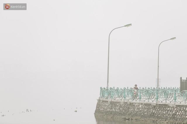Hà Nội ngập trong màn sương mù mịt bao phủ tầm nhìn: Tình trạng ô nhiễm không khí đáng báo động! - Ảnh 16.