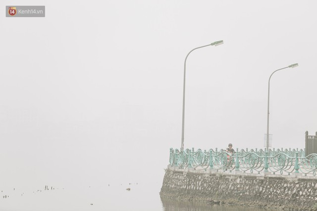 Hà Nội ngập trong sương bụi mù mịt bao phủ tầm nhìn: Tình trạng ô nhiễm không khí đáng báo động! - Ảnh 16.