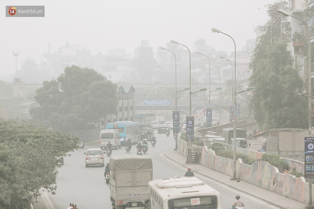 Hà Nội ngập trong màn sương mù mịt bao phủ tầm nhìn: Tình trạng ô nhiễm không khí đáng báo động! - Ảnh 17.