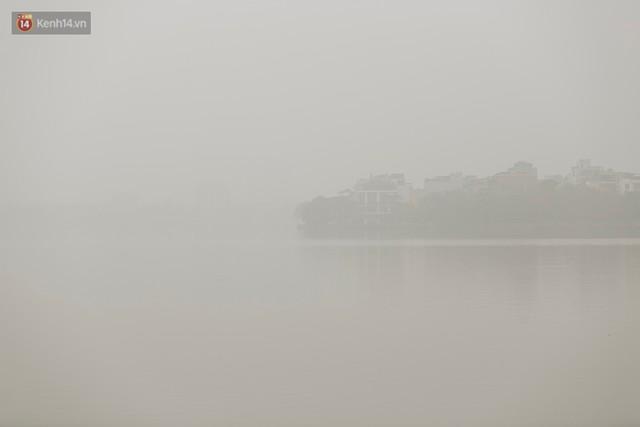 Hà Nội ngập trong sương bụi mù mịt bao phủ tầm nhìn: Tình trạng ô nhiễm không khí đáng báo động! - Ảnh 18.