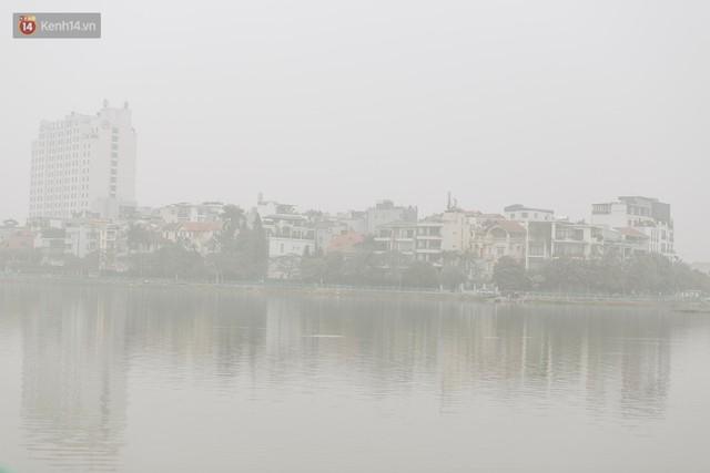 Hà Nội ngập trong sương bụi mù mịt bao phủ tầm nhìn: Tình trạng ô nhiễm không khí đáng báo động! - Ảnh 3.