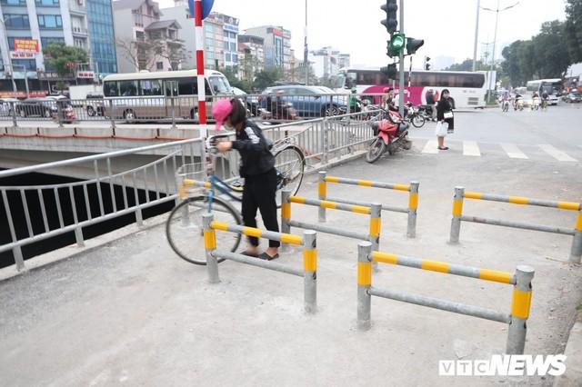 Người đi xe đạp toát mồ hôi hì hục vượt rào ở đường đi bộ dài nhất Thủ đô - Ảnh 3.