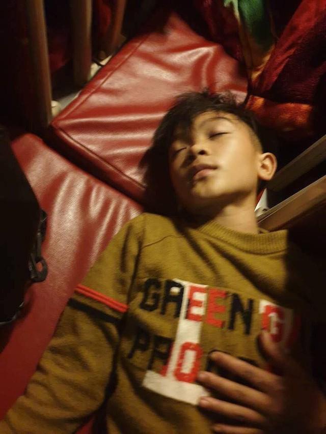 Mẹ bật khóc vì con trai 13 tuổi đạp xe không phanh vượt 100km từ Sơn La tới Hà Nội thăm em bị ốm: May mắn là con không sao... - Ảnh 4.
