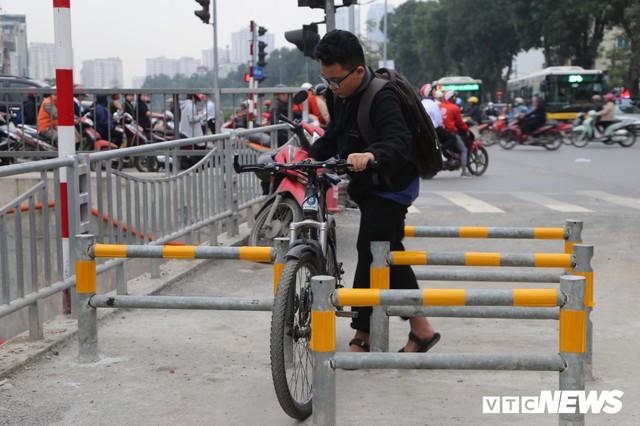 Người đi xe đạp toát mồ hôi hì hục vượt rào ở đường đi bộ dài nhất Thủ đô - Ảnh 4.