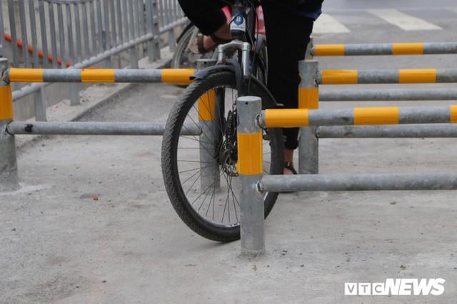 Người đi xe đạp toát mồ hôi hì hục vượt rào ở đường đi bộ dài nhất Thủ đô - Ảnh 5.