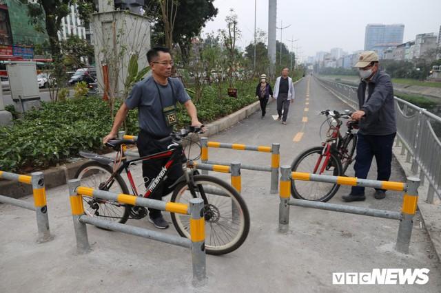 Người đi xe đạp toát mồ hôi hì hục vượt rào ở đường đi bộ dài nhất Thủ đô - Ảnh 6.