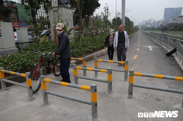 Người đi xe đạp toát mồ hôi hì hục vượt rào ở đường đi bộ dài nhất Thủ đô - Ảnh 7.