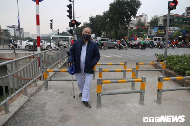 Người đi xe đạp toát mồ hôi hì hục vượt rào ở đường đi bộ dài nhất Thủ đô - Ảnh 8.